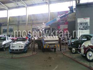 Автовышки у музеи старых автомобилей