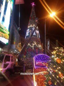 Украшение новогодней ёлки с автовышкой Moscowkran