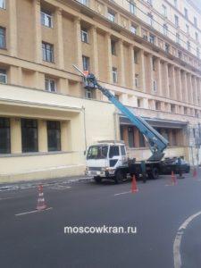 Работа автовышки у фасада зданий