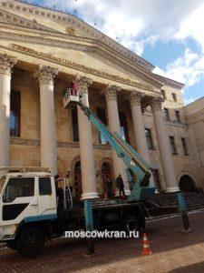 Автовышка в работе у зданий генеральной прокуратуры Москвы
