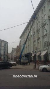 Ремонт здания при помощи арендованной автовышки