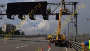 Работа автовышки на шоссе