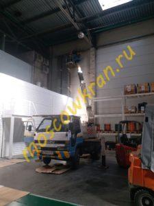 Работа автовышки внутри теплого склада