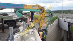 Коленчатые автовышки работают у моста
